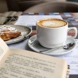 Kawa i książka Obrazy Stock