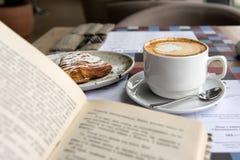Kawa i książka Zdjęcie Royalty Free