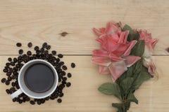 Kawa i kwiaty na drewno stole Fotografia Stock