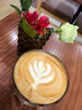 Kawa i kwiaty na stole Obrazy Stock