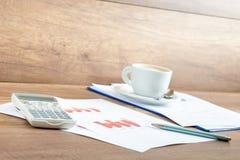 Kawa i papierkowa robota na biurowym biurku Obrazy Stock