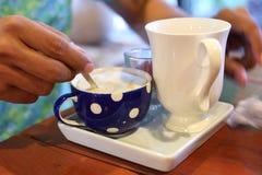 Kawa i ręka Zdjęcie Royalty Free