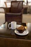 Kawa i słodka bułeczka w kawiarni Zdjęcia Royalty Free