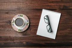 Kawa i szkła na drewno stole Obraz Stock