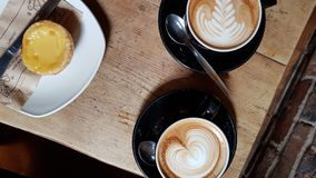 Kawa i tort na nieociosanym drewnianym stołowym tle obraz stock