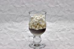 Kawa I Wiele Mali Marshmallows W Przejrzystej Szklanej filiżance Na Szarym tle Obchodzić się fotografię Jako imitacja wizerunek obraz royalty free