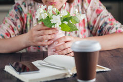 kawa idzie Biali kwiaty na nieociosanym tle Fotografia Stock