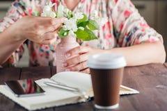 kawa idzie Biali kwiaty na nieociosanym tle Zdjęcie Royalty Free
