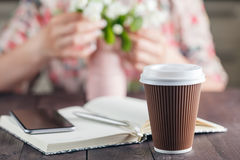 kawa idzie Biali kwiaty na nieociosanym tle Zdjęcia Royalty Free