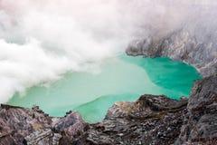 Kawa Ijen Volcano krater och sjö Arkivbilder