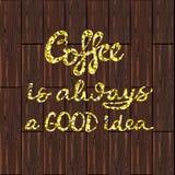 Kawa jest zawsze dobrego pomysłu złocistym literowaniem na brown drewnie Obraz Royalty Free