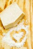 Kawałki parmigiano reggiano lub parmesan ser na drewno desce Zdjęcia Royalty Free