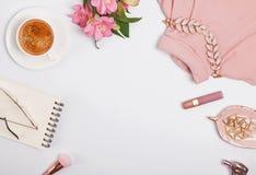 Kawa, kwiaty, akcesoria Jasnoróżowe lub rumieniec koloru rzeczy fotografia royalty free