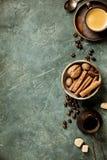 Kawa, kwiaty i pikantno?? na starym zielonym tle, zdjęcia stock