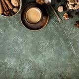 Kawa, kwiaty i pikantno?? na starym zielonym tle, obrazy stock