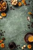 Kawa, kwiaty i pikantno?? na starym zielonym tle, obraz stock