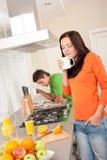 kawa ma kobiet kuchennych potomstwa Fotografia Royalty Free