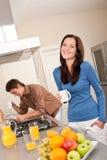 kawa ma kuchennej uśmiechniętej kobiety Zdjęcie Stock