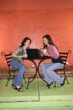 kawa ma młodej dwa kobiety zdjęcia stock