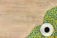 Kawa na deseniowego kwiatu sukiennej pielusze na pustym drewnianym tle Zdjęcie Stock