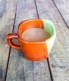 Kawa na drewnianym tło talerzu Zdjęcie Royalty Free