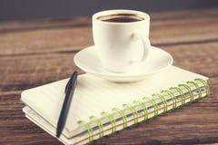 Kawa na notepad zdjęcia stock