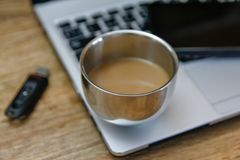 Kawa na nowożytnym laptopie - ultrabook fotografia royalty free