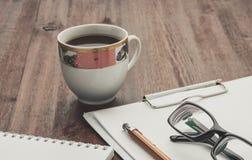 Kawa na praca stole Drewniana tekstura Zdjęcie Royalty Free