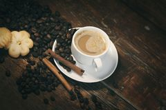 Kawa na stole obrazy stock