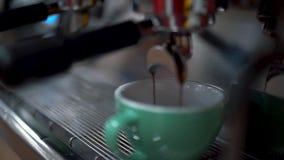 Kawa nalewał w białą filiżankę Robić kawie kawową maszyną z bliska zbiory wideo