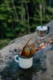 Kawa outdoors Turystyka i campingowy pojęcie zdjęcia stock