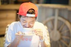 Kawa Piękna dziewczyna Pije herbaty lub kawy w kawiarni Piękno Mo Fotografia Stock