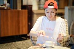 Kawa Piękna dziewczyna Pije herbaty lub kawy w kawiarni Piękno Mo Obraz Royalty Free