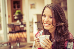 kawa pije odosobnionej uśmiechniętej białej kobiety Zdjęcie Stock