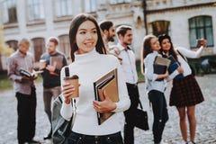 Kawa Podwórze Książki dziewczyna azjatykcia Szczęśliwy fotografia royalty free