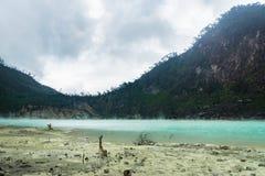 Kawa Putih, `白色火山口`在万隆,西爪哇省,印度尼西亚 免版税库存图片