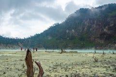 Kawa Putih, `白色火山口`看法在万隆,西爪哇省,印度尼西亚 免版税库存图片