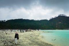 Kawa Putih, ` blanco del cráter del ` en Bandung, Java del oeste, Indonesia Foto de archivo