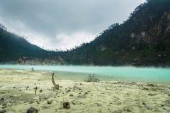 Kawa Putih, ` blanco del cráter del ` en Bandung, Java del oeste, Indonesia Imágenes de archivo libres de regalías
