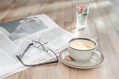 Kawa, słodka bułeczka i pieniężna gazeta w ranku, Zdjęcie Stock