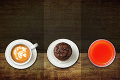 Kawa, słodka bułeczka i sok, Obrazy Royalty Free