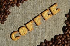 Kawa Słowo od jadalnych listów kłama na szarej kanwie Obraz Stock