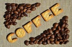 Kawa Słowo od jadalnych listów kłama na szarej kanwie Zdjęcie Stock