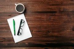 Kawa, szkła i notatnik na brązu stole, Zdjęcia Stock