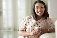 kawa target356_0_ szczęśliwej kobiety zdjęcia royalty free