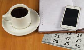 Kawa, telefon komórkowy, dzienniczek i kalendarz na desktop, Przestrzeń dla teksta Zdjęcie Stock