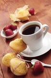 Kawa, truskawka i babeczka z łękiem, Obraz Stock