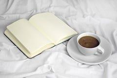 Kawa w łóżku Fotografia Royalty Free