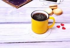 Kawa w żółtym kubku Zdjęcia Royalty Free