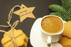 Kawa w białej filiżance, gwiazda z słów Wesoło bożymi narodzeniami obrazy stock